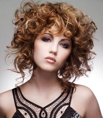 Tagli capelli medi mossi con frangia